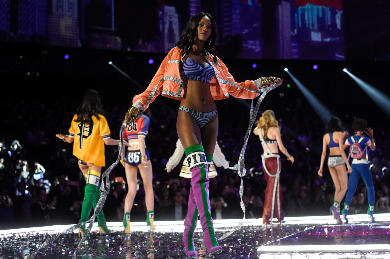 Belgian model Leila Nda (C) presents a creation during the 2017 Victoria's Secret Fashion Show in Shanghai on November 20, 2017. / AFP PHOTO / FRED DUFOUR / RESTRICTED TO EDITORIAL USE