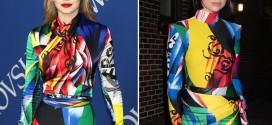 la cantante llevó un atrevidísimo conjunto de la marca italiana, estampado y a todo color,